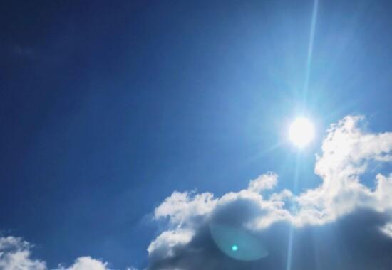 太陽の光と空